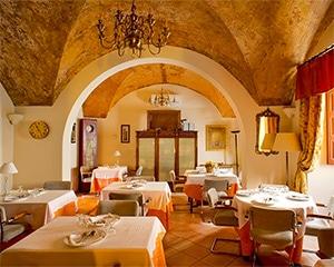 Salón comedor. Podrás disfrutar de la gastronomía de la zona y de sus recetas. Desayunar, comer, cenar bajo sus bóvedas y disfrutar de una buena comida y unos platos de siempre